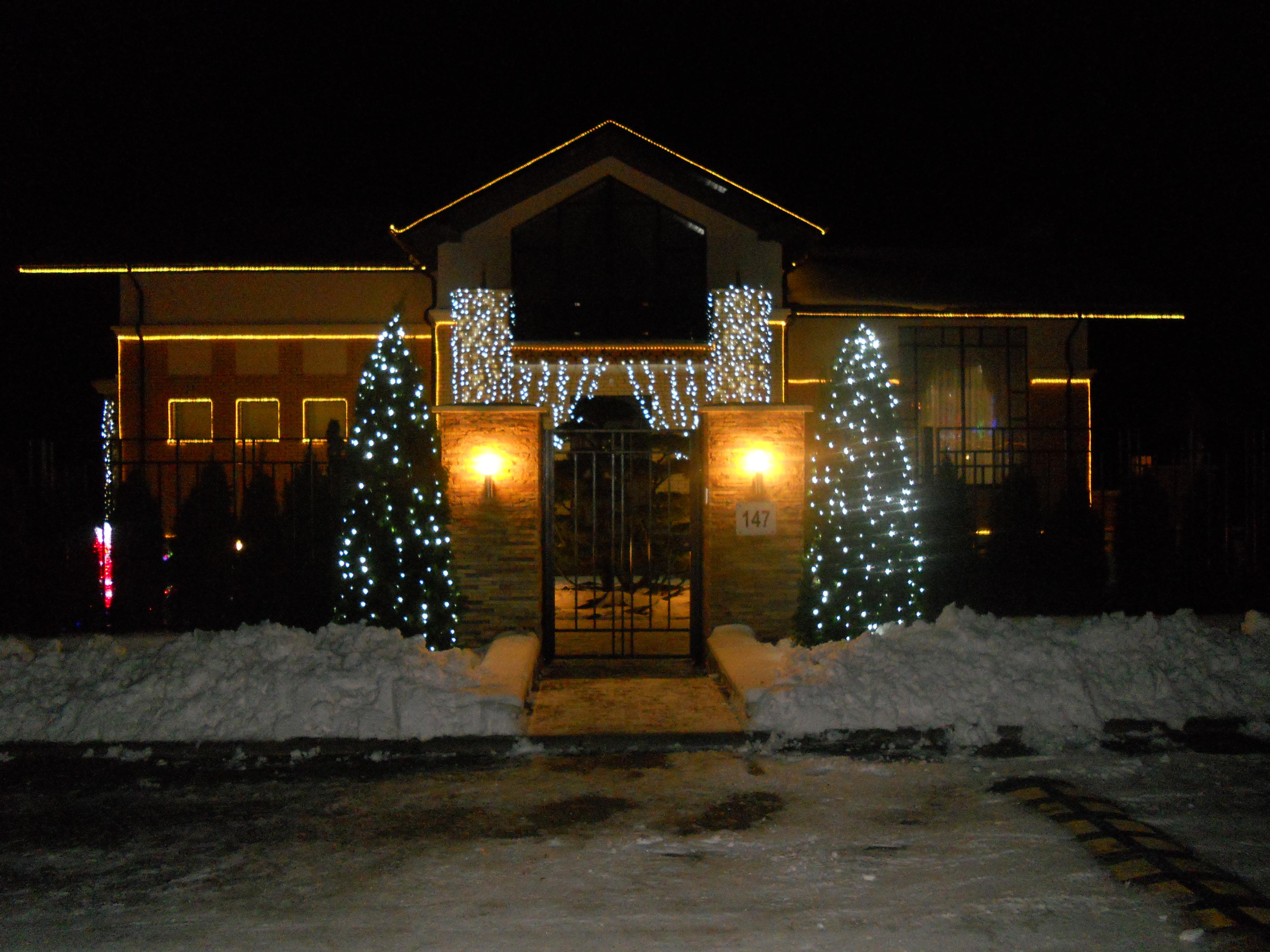 Новогодняя подсветка и украшение фасадов зданий гирляндами